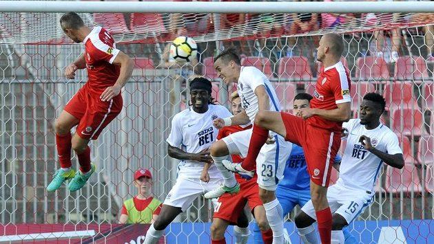 Jan Polák z Brna (vlevo) střílí hlavou gól na 1:0.