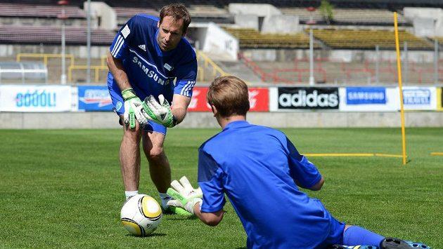 Kluci se na tréninku s Petrem Čechem výborně bavili.