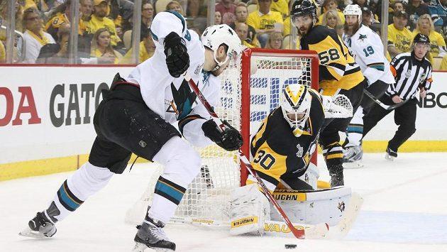 Tomáš Hertl se snaží ohrozit brankáře Pittsburghu Matta Murrayho. Potkají se ti dva ještě v letošním finále Stanley Cupu?