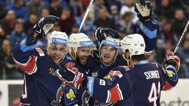 Chomutovští hráči zleva Jan Rutta, Michal Vondrka, Roman Červenka a Brett Skinner.