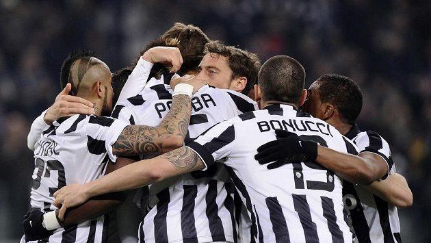 Fotbalisté Juventusu se radují z branky Paula Pogby v zápase proti Sassuolu.
