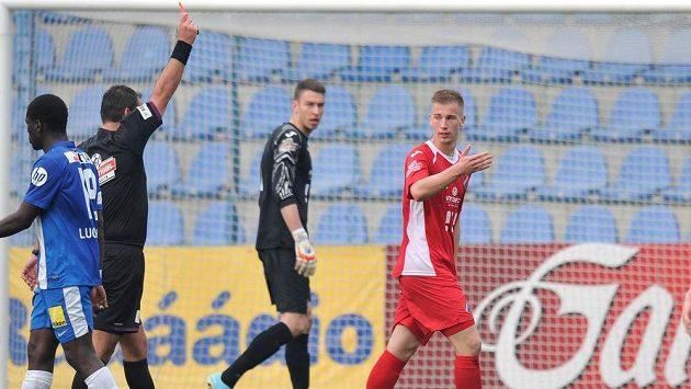 Rozhodčí Ondřej Lerch vylučuje stopera Baníku Ostrava Jana Baránka (vpravo) Vzadu přihlíží ostravský gólman Jiří Pavlenka.