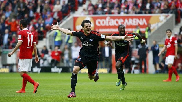 Gojko Kačar z Hamburku se raduje z gólu proti Freiburgu.