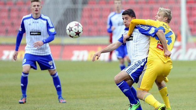 Jihlavský obránce Jan Mikula (vpravo) a záložník Znojma Nermin Crnkić bojují o míč.