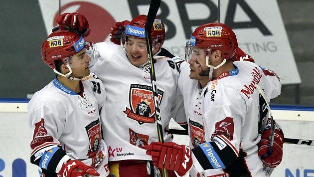 Hráči Hradce se radují z gólu ve Zlíně.