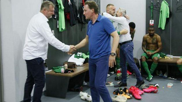 Majitel Ludogorce Kiril Domušjev gratuluje trenérovi Pavlu Vrbovi k mistrovskému titulu.