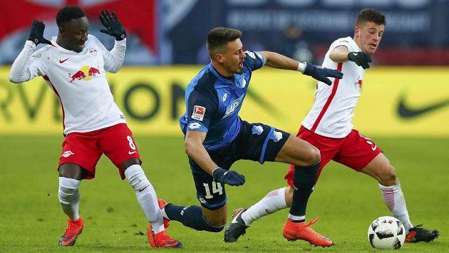 Sandro Wagner z Hoffenheimu mezi hráči Lipska, vlevo Naby Keita, vpravo Diego Demme.
