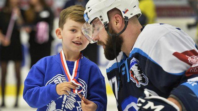 Milan Gulaš z Plzně se synem, který se raduje z bronzové medaile.