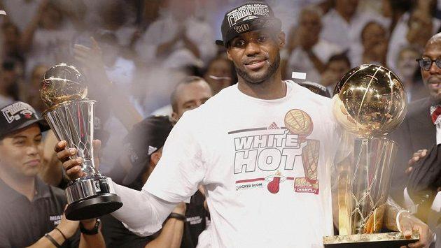 Hvězdný LeBron James z Miami s cenou pro nejužitečnějšího hráče finále NBA.