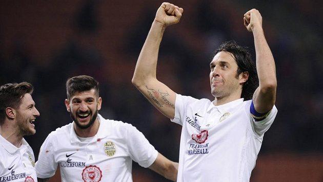 Útočník Hellasu Verona Luca Toni (vpravo) se raduje se spoluhráči Erosem Pisanem (uprostřed) a Jacopem Salou z gólu.