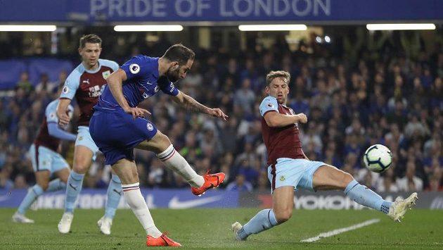 Útočník Gonzalo Higuaín střílí gól Chelsea v ligovém utkání proti Burnley.