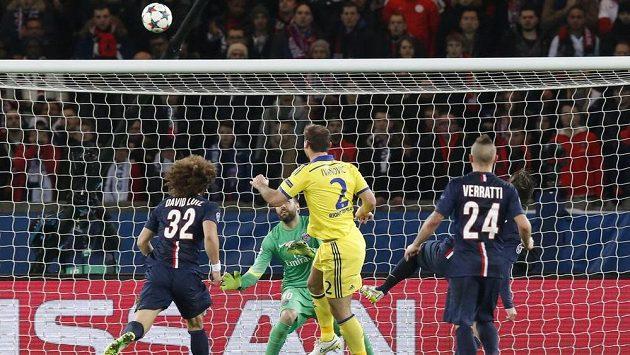 Obránce Branislav Ivanovič (č. 2) střílí na hřišti PSG vedoucí gól Chelsea v úvodním osmifinálovém zápase Ligy mistrů. Zápasu předcházel nechutný incident v pařížském metru.