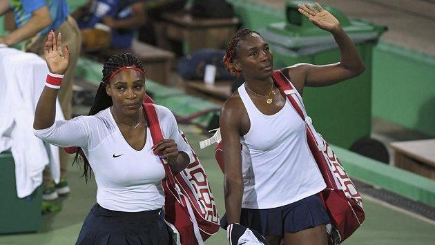 Obhájkyně zlata ve čtyřhře Serena Williamsová (vlevo) a její sestra Venus se loučí.