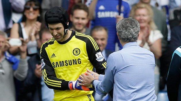 Brankář Petr Čech si třese rukou s trenérem José Mourinhem po zápase se Sunderlandem.