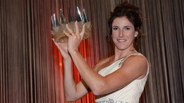 Zuzana Hejnová, vítězka ankety Sportovec roku 2013, se svou trofejí.