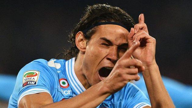 Útočník Neapole Cavani se raduje z gólu.