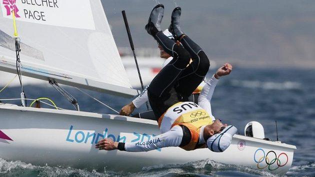 Australští jachtaři Mathew Belcher a Malcolm Page oslavují olympijský triumf ve třídě 470
