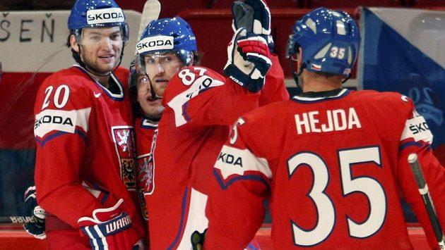 Čeští hokejisté se radují z gólu proti Slovinsku.