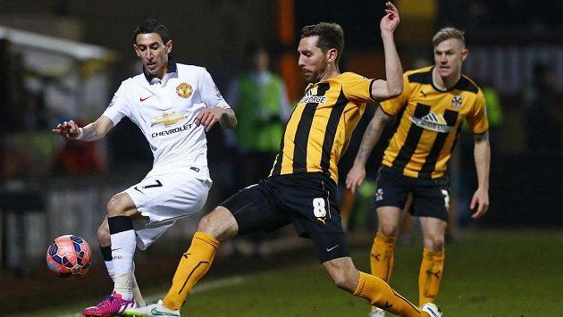 Záložník Manchesteru United Ángel Di María (vlevo) se snaží přejít s míčem přes Toma Championa z Cambridge United.