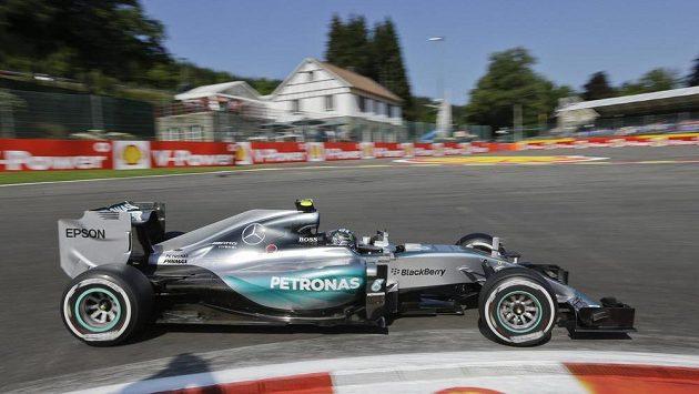 Pilot Mercedesu Nico Rosberg při měřeném tréninku na okruhu ve Spa-Francorchamps.