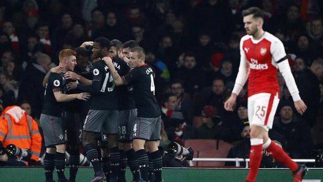 Fotbalisté Southamptonu se radují z branky na Emirates Stadium proti Arsenalu.
