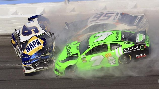 Chase Elliott (9), Kasey Kahne (95) a Danica Patricková (7) při nehodě během NASCAR Daytona 500.