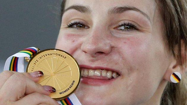 Kristina Vogelová se zlatou medailí, kterou získala na loňském MS v Hongkongu v keirinu.