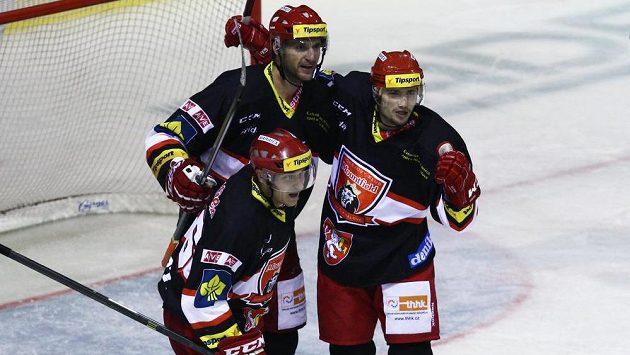 Hokejisté Hradce Králové se radují ze vstřelení gólu na ledě Kladna.