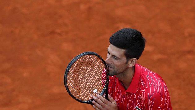 Srbský tenista Novak Djokovič v akci na exhibičním turnaji v Srbsku.