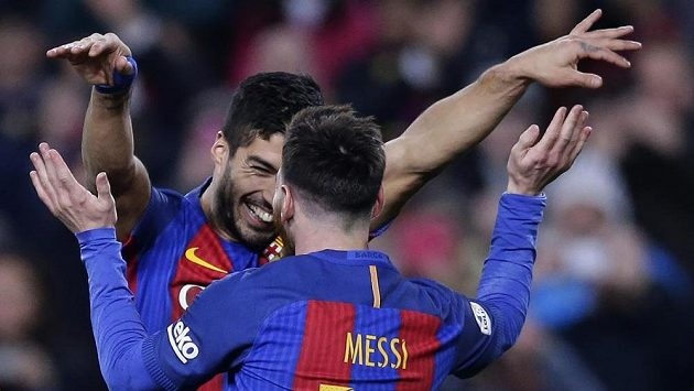 Kanonýr Barcelony Luis Suárez (vlevo) oslavuje s Lionelem Messim gól.