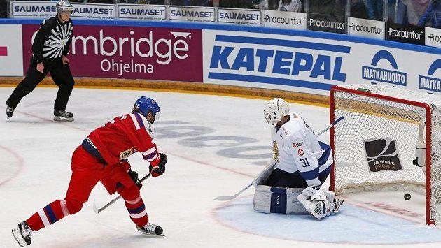 Český útočník Lukáš Kašpar překonává z trestného střílení finského brankáře Mikku Koskinen.