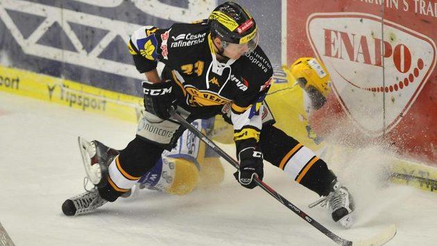 Litvínovský obránce Petr Kousalík (vpředu) a zlínský útočník Jakub Svoboda v utkání 46. kola hokejové Tipsport extraligy.