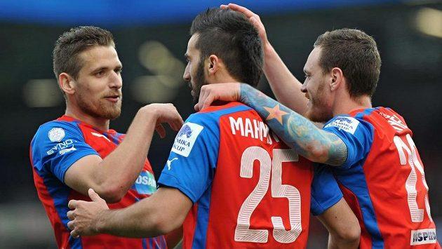 Plzeňský fotbalista Aidin Mahmutovič (uprostřed) se raduje se svými spoluhráči Janem Kovaříkem (vlevo) a ondřejem Vaňkem z gólu proti Slovácku.