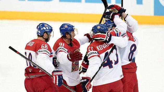 Čeští hokejisté (zleva) Jaromír Jágr, Martin Erat, Jan Kovář a Jakub Nakládal oslavují gól proti Švédsku na MS v Praze.