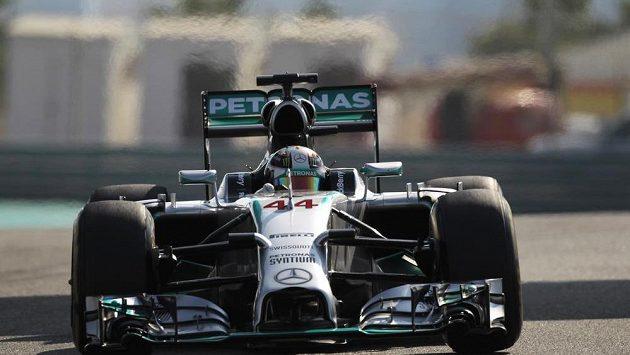 Pilot Mercedesu Lewis Hamilton při měřeném tréninku na Velkou cenu Abú Zabí.