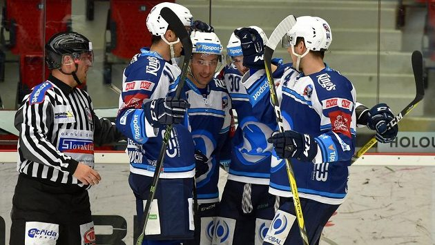 Plzeňský útočník Jakub Lev (druhý zprava) slaví se spoluhráči gól na ledě Karlových Varů v zápase 37. kola hokejové Tipsport extraligy.