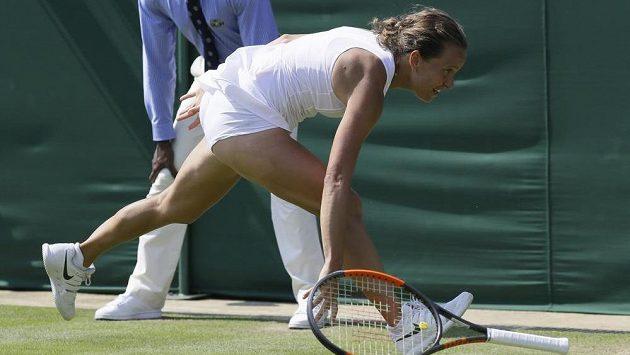 Barbora Strýcová dobíhá míček. Neúspěšně.