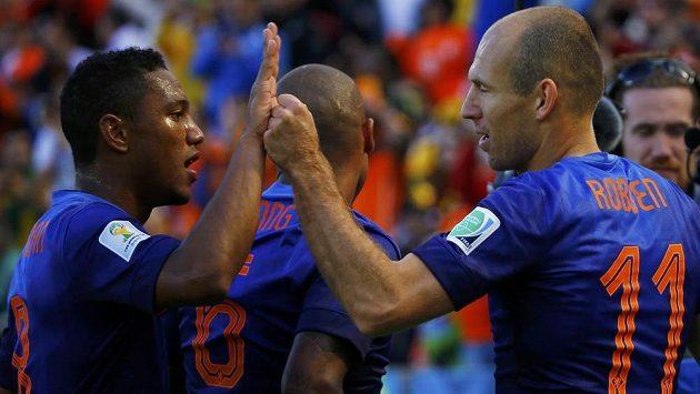 Střelec úvodního nizozemského gólu Arjen Robben (vpravo) oslavuje v utkání proti Austrálii trefu se spoluhráčem Jonathanem de Guzmánem.