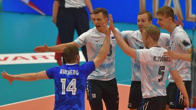 Estonští volejbalisté se radují v duelu s Českou republikou.