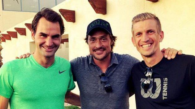 Roger Federer (zleva), Teemu Selänne a Jarkko Nieminen si zahrají v listopadu v Helsinkách.