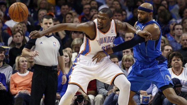 Kevin Durant (vlevo) z týmu Oklahoma City v souboji s Vincem Carterem z Dallasu.