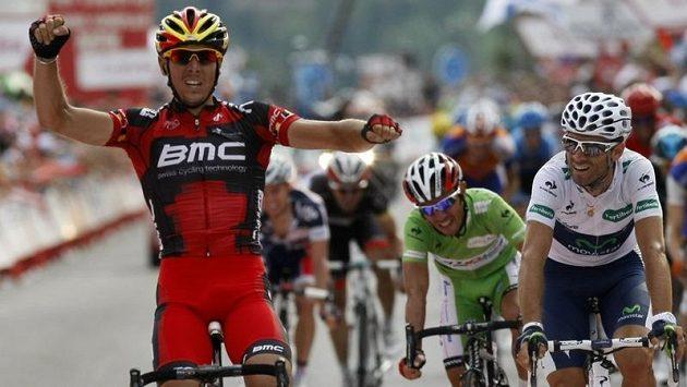 Philippe Gilbert ze stáje BMC Racing se raduje z triumfu na jedné z rovinatých etap Vuelty.