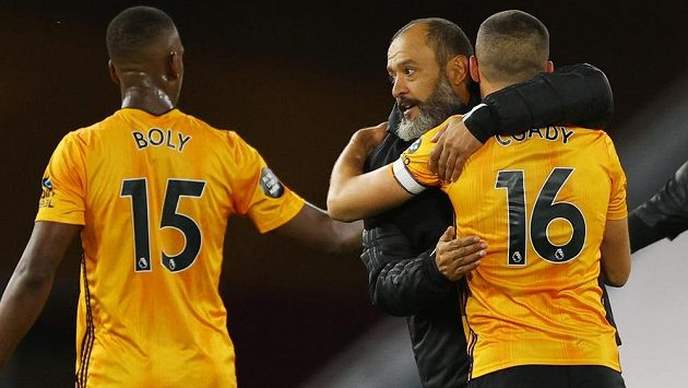 Fotbalisté Wolverhamptonu se s trenérem Nuno Espirito Santem radují z výhry nad Crystal Palace.