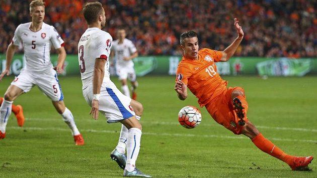 O Nizozemce Robina van Persieho (vpravo) má údajně zájem Barcelona.