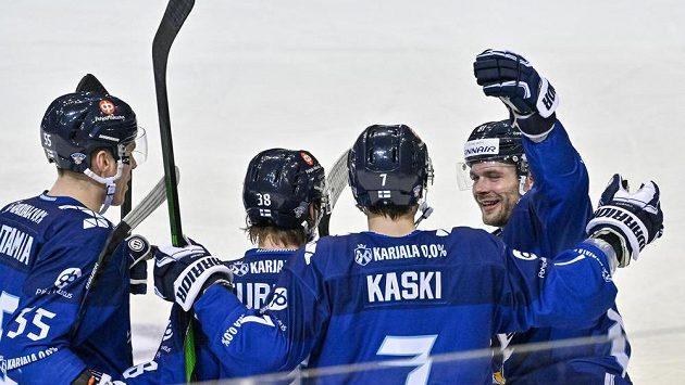 Hráči Finska se radují z gólu proti Rusku.