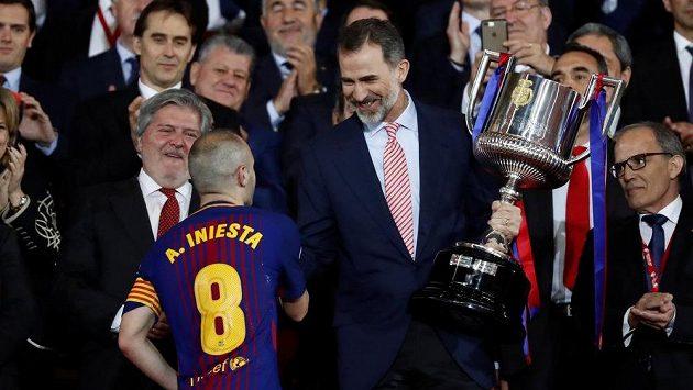 Andres Iniesta přebírá z rukou španělského krále Filipa VI. pohár pro mistry La Ligy.