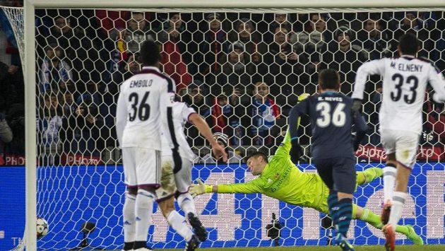 Tomáš Vaclík v brance Basileje inkasuje vyrovnávací gól z penalty, jejímž exekutorem byl portský Danilo.