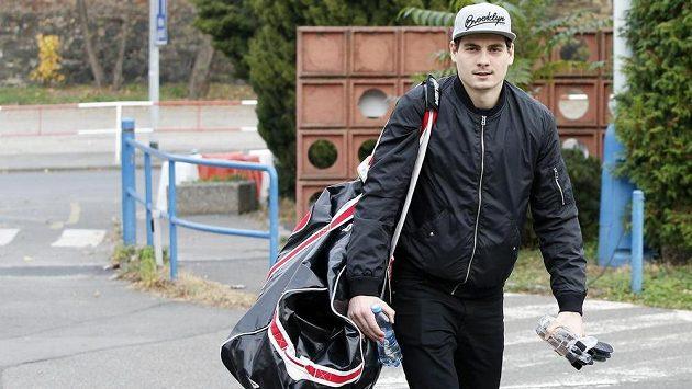 David Tomášek přichází na sraz hokejové reprezentace.