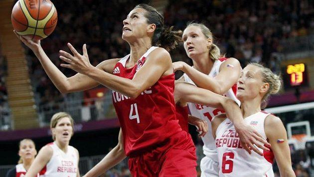 Kateřina Bartoňová (vpravo) a Petra Kulichová brání tureckou basketbalistku Palazogluovou.