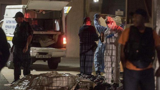 Tragédie na fotbale v Johannesburgu, dva fanoušci zaplatili snahu dostat se na stadión životem.